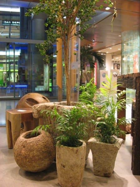 Vasen und Pflanzenkübel aus hellem Naturstein