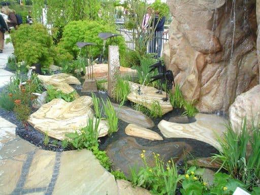 Gestalten Sie Ihre eigene Wasserlandschaft mit schönen Findlingen