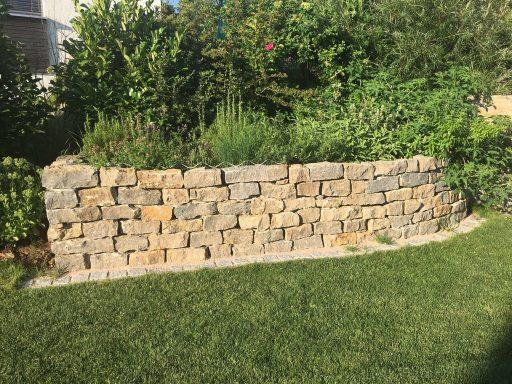 Eine begrünte Natursteinmauer ist stets ein optisches Highlight
