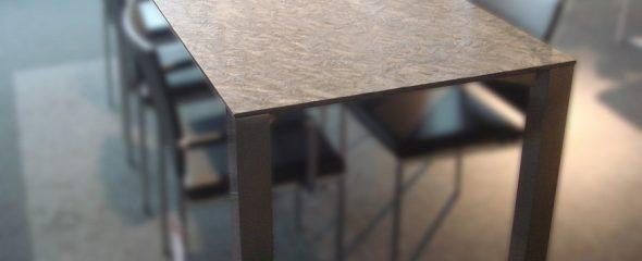 Tisch aus Naturstein für die Verwendung im Innenbereich