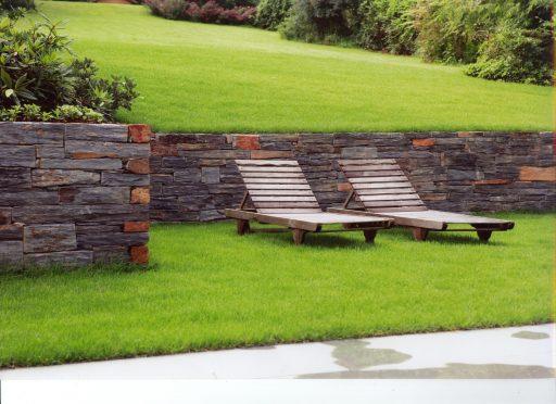 Mauersteine mit farblichen Highlights sorgen für ein abwechslungsreiches Gartenbild