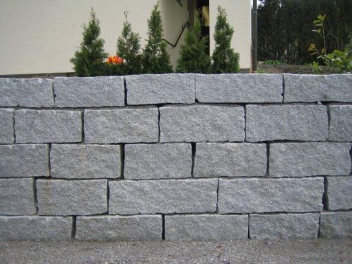 Mauersteine aus hellgrauem Granit