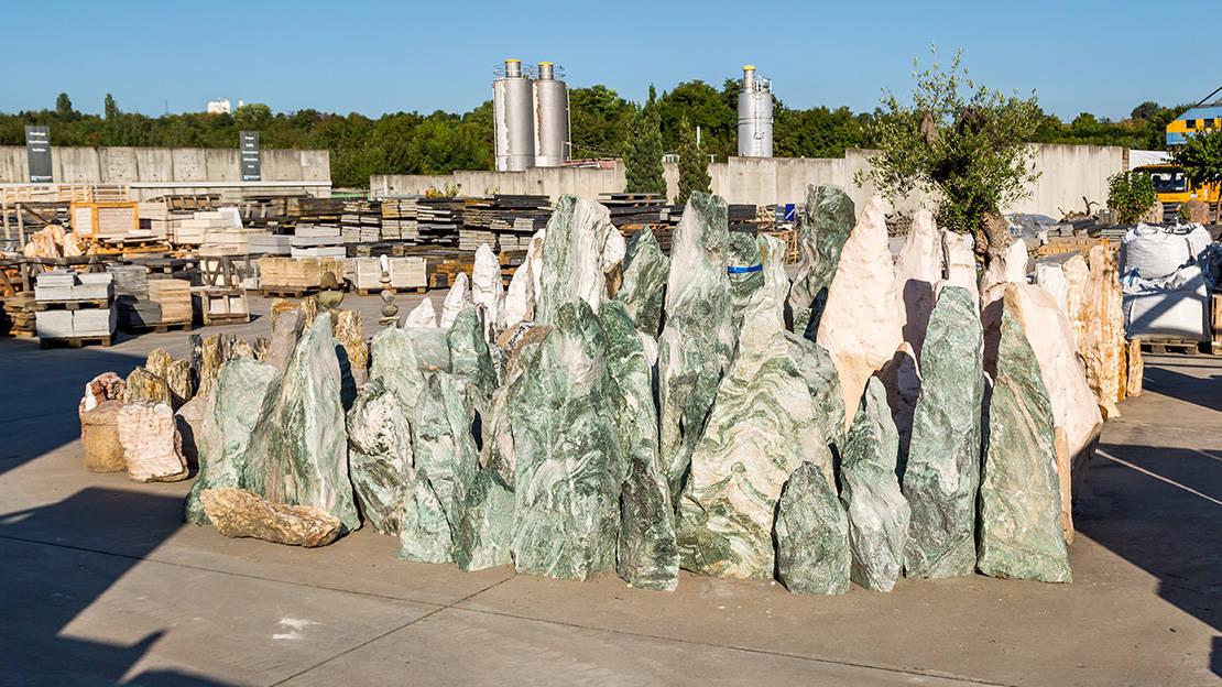 Zahlreiche Natursteine in unterschiedlichen Farben und Formen bieten wir Ihnen in unserem Lager
