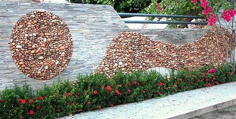 Kiesel bieten auch für Wände tolle Gestaltungsmöglichkeiten