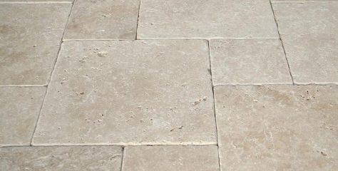 Terrasseplatten aus Travertin im Farbton beige