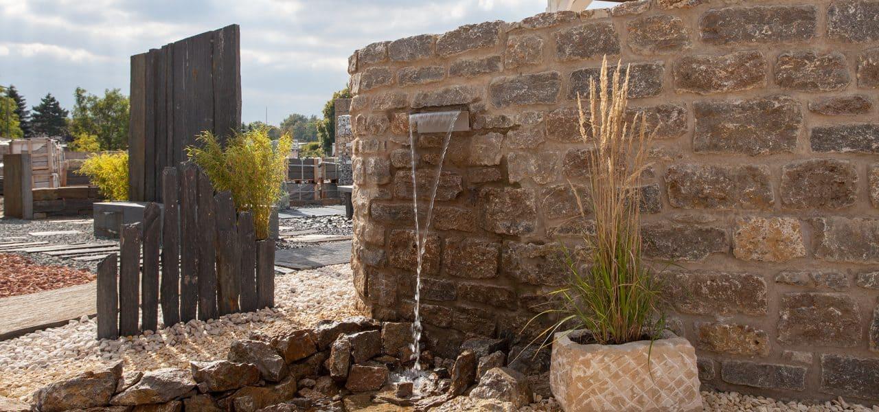 Gestalten Sie mit Natursteinen einen kleinen Bachlauf in Ihrem Garten