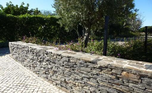 Schiefer-Mauern begeistern durch ihr natürliches Aussehen