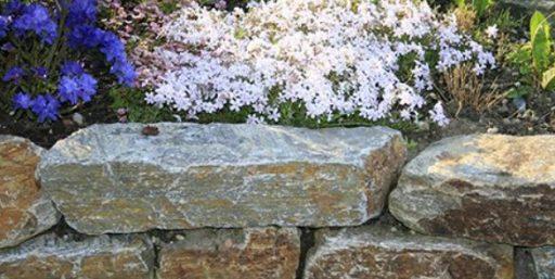 Mauern mit Natursteinen.