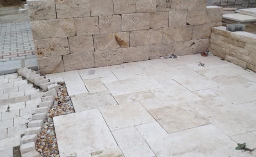 Kalksteine bilden sowohl den Boden als auch die Mauer dieser Terrasse