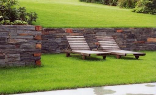 Mauern aus Naturstein setzen optische Highlights in Ihrem Garten